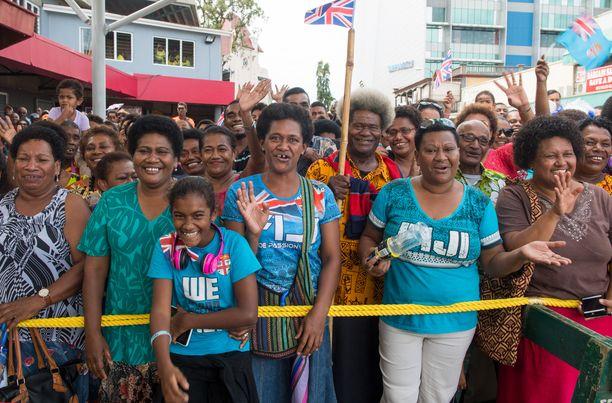 Paikalliset tulivat katsomaan vierailulla olevaa herttuatar Meghania Suvan, Fidzin pääkaupungin torille.
