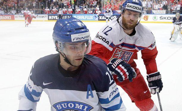 Tuomo Ruutu (edessä) ei kommentoinut Tshekki-ottelun tuomarityöskentelyä.