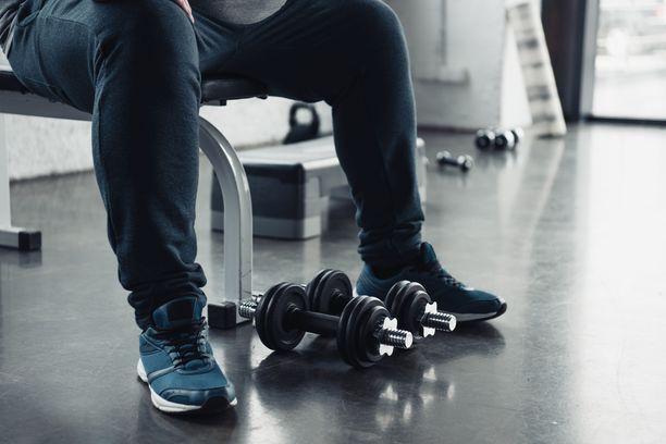 Kuntosalilla kannattaa pyytää asiantuntijaa tarkastamaan, että liikkeet menevät oikein. Huonossa asennossa tehdyt harjoitukset voivat aiheuttaa tai pahentaa kipuja.