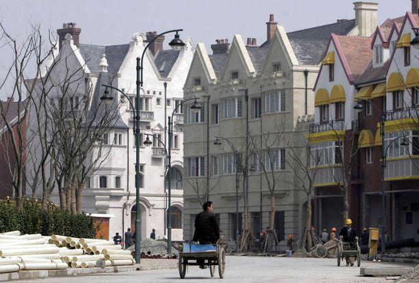Kiinaan rakennetun Thames Townin talojen esikuvana käytettiin englantilaiskaupunkeja. Myöskään sen asunnot eivät ole menneet kaupaksi. Kuva kaupungin rakennusvaiheesta vuodelta 2006.