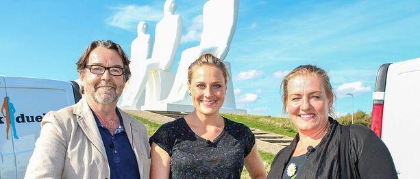 Kuvassa ensimmäisen jakson kilpailijat yhdessä juontaja Mette Bluhme Rieckin kanssa.