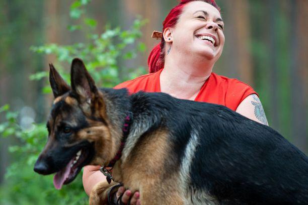 Saksanpaimenkoira Demi, 10 kuukautta, on täyttänyt Johannan vuosien haaveen saada oma koira.
