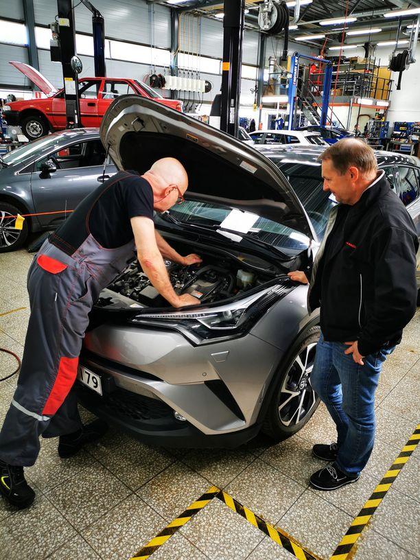 Huoltopäällikkö Göran Lindell (oik.) juttelee mekaanikon kanssa töiden lomassa Vaasan Rinta-Joupin Autoliikkeen merkkihuollossa.