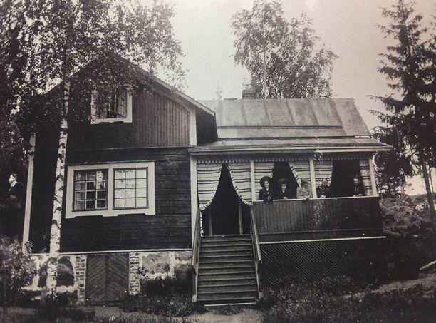 Villa Hålvik 1907. Huvilassa vietettiin viimeisen kerran kesää vuonna 1989. Vuonna 2005 huvila oli jo poltettu.