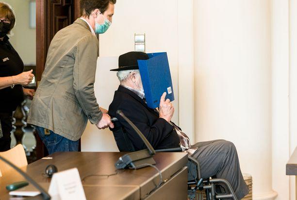 Syytetty työnnettiin oikeussaliin pyörätuolilla Hampurissa Saksassa 14. heinäkuuta.