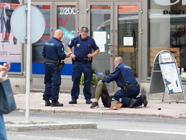 Iltalehden kyselyn perusteella voidaan sanoa, että suomalaiset ovat saaneet terrorismista ja turvattomuudesta tarpeekseen. Hallitukselta vaaditaan kovia toimia. Kuvassa poliisi ottamassa kiinni Turun puukotuksista epäiltyä miestä.