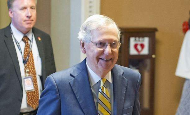Republikaanijohtaja Mitch McConnell haluaa viedä terveydenhuolto-ohjelman läpi kahden vuoden siirtymäajalla.