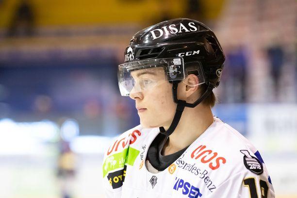 Rasmus Kupari joutui jättämään Ruotsi-ottelun kesken.