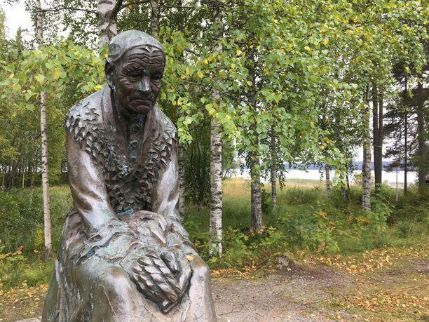Karjalaiskylästä löytyy runonlaulaja Ogoi Määräsen patsas. Suojärveläinen Määränen joutui sodan aikana venäläisten vangiksi monen muun pitäjän siviilin ohella, ja menehtyi koettelemuksen aikana.
