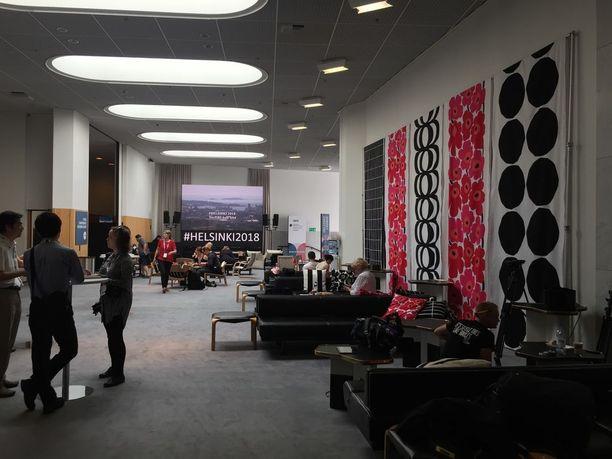 Finlandia-talon mediakeskuksen ulkonäköön on panostettu. Oleskelutilat on verhottu Marimekolla aina tyynyistä seiniin saakka.