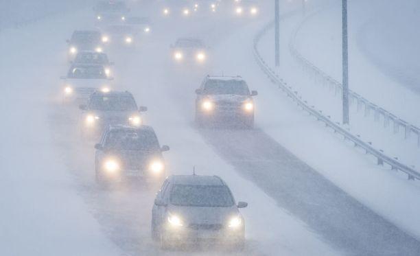 Ilmatieteen laitoksen mukaan lumisade sotkee tiistaina liikenteen. Ajokeli on erittäin huono koko maan etelä- ja keskiosassa.