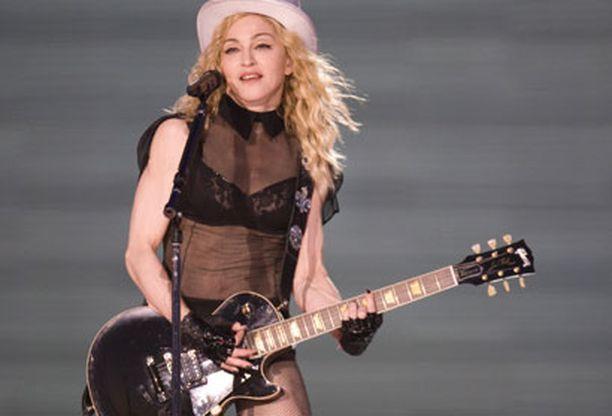 Kymmenien tuhansien odotus palkittiin, kun popin kuningatar nousi lavalle hieman ennen kello kymmentä illalla.