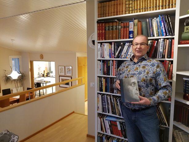 Kirjojen parissa eläneen Ari Kärkkäisen ja hänen Päivi-vaimonsa asunnossa on luonnollisesti kattava kirjahylly.