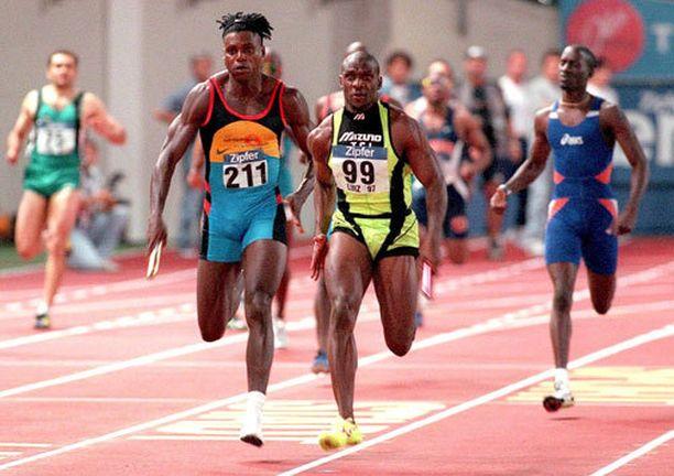 Dennis Mitchell (keskellä) on ainakin dopingselityksensä mukaan varsin viriili kaveri.