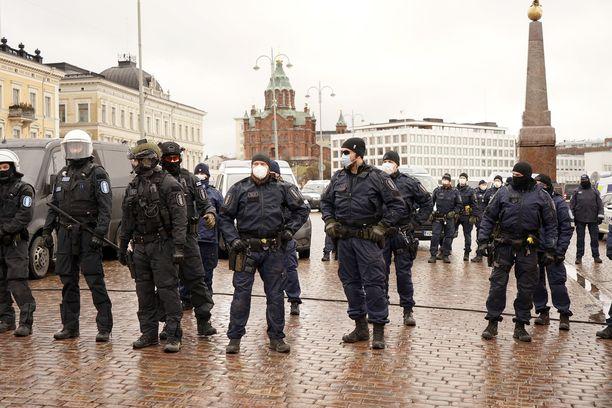 14 kulkueeseen osallistunutta saa sakon niskoittelusta poliisia vastaan ja kaksi virkavallan vastustamisesta. Kuva aiemmin huhtikuussa järjestetystä vastaavasta mielenilmauksesta.