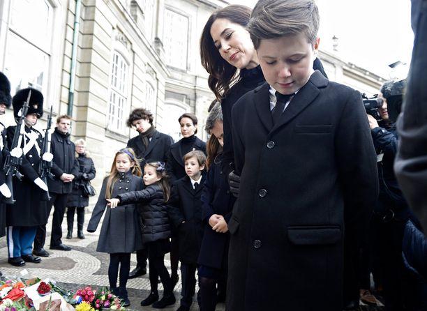 12-vuotias prinssi Christian kunnioitti isoisänsä muistoa. Taustalla prinsesssa Mary.