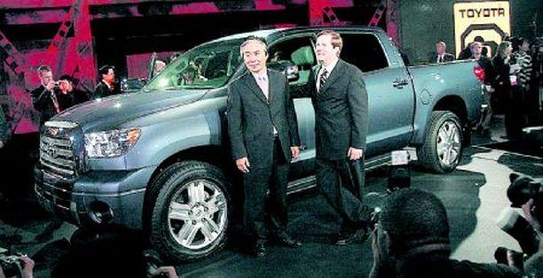JAPANIN JYTÄÄ Toyota esitteli aidon japanin jenkin eli 5,7-litraisella V8-moottorilla varustetun CrewMaxin. Vastapainoksi bensamuskeleille Toyotan osastolta löytyy myös FT-HS – hybriditekniikalla varustettu 400-hevosvoiman coupe.