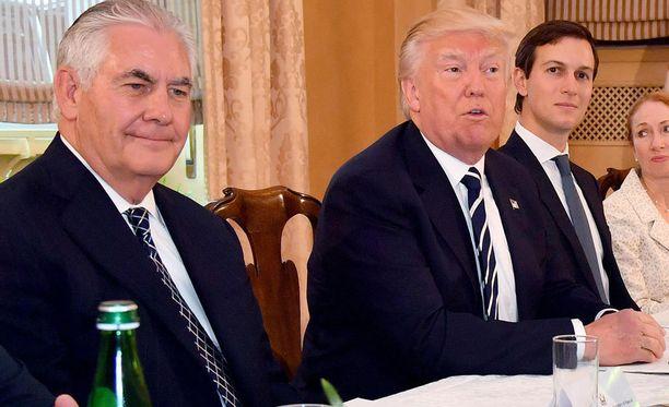 Yhdysvaltain ulkoministeri Rex Tillerson (vas) kommentoi eilistä shokkiuutista, jonka mukaan USA lähtee hylkää Pariisin ilmastosopimuksen.