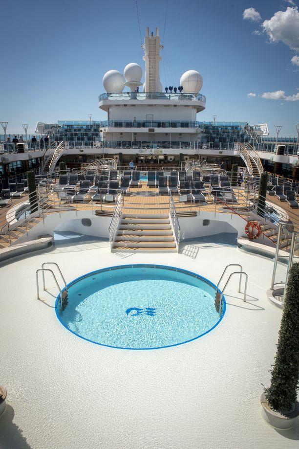Laivan kannelta löytyy muun muassa uima-altaita ja aurinkotuoleja. Erityisesti aurinkoisena ja lämpimänä päivänä kansi houkuttelee matkailijoita.