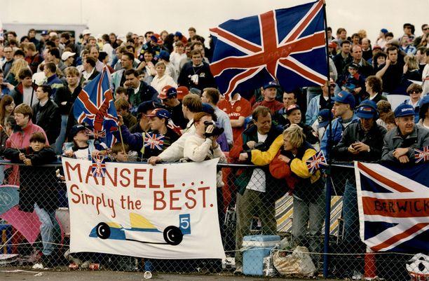 Ei epäselvyyttä suosikista. Sadat tuhannet brittifanit vannoivat Nigel Mansellin nimeen 1990-luvun alussa. Kuva vuodelta 1992, jolloin Mansell palkitsi kotiyleisönsä voitolla.
