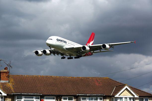 Kone laskeutumassa Lontoon Heathrow'n lentokentälle. Kuvituskuva.