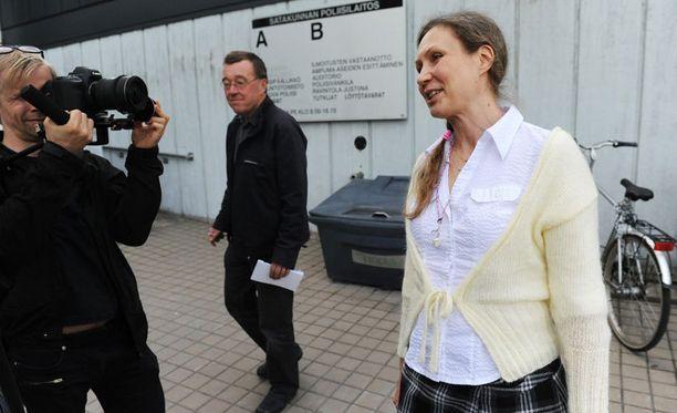 Anneli Auer 25. toukokuuta 2011. Vaasan hovioikeus on vain hetkeä aiemmin pudottanut uutispommin. Auer päästettiin suoraan vapaaksi odottamaan tuomiota.
