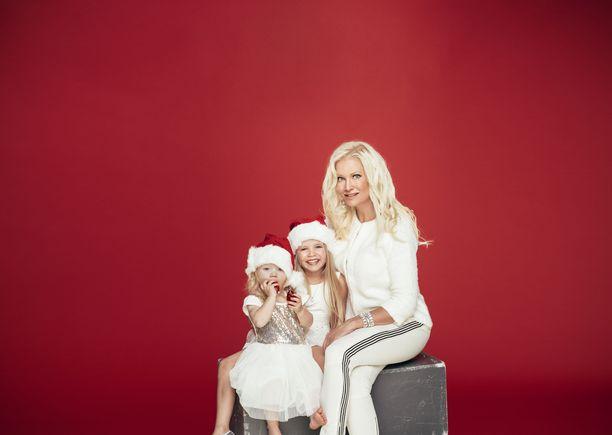 Lampeniuksella on miehensä kanssa kaksi lasta, nyt 6-vuotias Cecilia ja 10-vuotias Olivia. Kuva Iltalehden joulukuvauksista vuodelta 2014.
