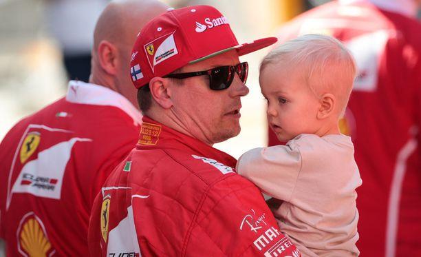 Myös Robin Räikkönen oli saapunut Kataloniaan seuraamaan isänsä testipäivää.