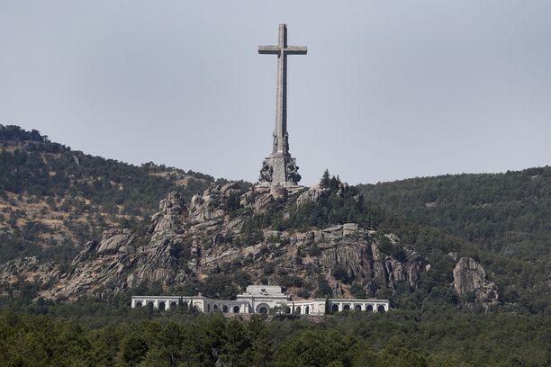 El Valle de los Caidos rakennutettiin Francon määräyksestä. Sinne on haudattu kymmeniätuhansia sisällissodan uhreja.
