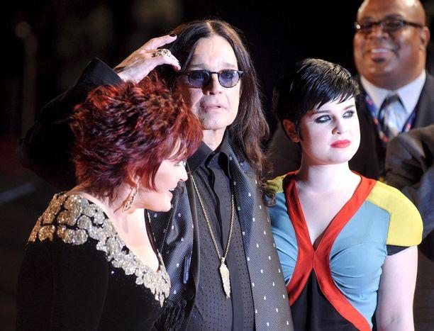 Osbournen perhe päätyi 2000-luvun alussa otsikoihin sekoilujensa ja villin elämäntyylinsä takia. Sittemmin meno on rauhoittunut.