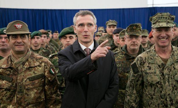 Naton pääsihteeri Jens Stoltenberg viraili Kosovossa tammikuussa. EU:n yhteinen armeija tekisi Natosta käytännössä virattoman, arvioi asiantuntija.
