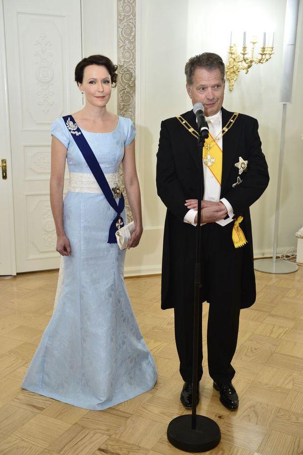 Vuonna 2014 illan emäntä, rouva Jenni Haukio, oli lukijoiden mielestä yksi itsenäisyyspäivän vastaanoton kuningattarista. Haukion talvitaivaan sininen, merenneitomaisesti helmastaan laskeutunut puku oli erityisesti värivalinnaltaan onnistunut. Leveä, valkoinen vyötärönauha jatkui selkäpuolella helmamaisena.