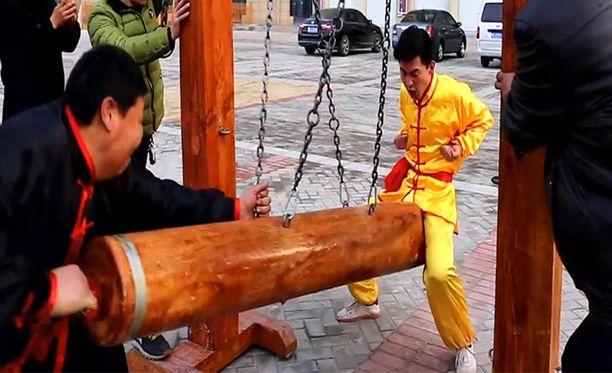 Teräspalli-kungfun harrastajia saa puskea haaroväliin vaikka tukilla. Se parantaa kuulemma potenssia.
