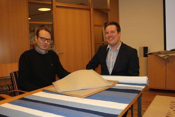 Lappajärveläistehtaalla tehdään jatkuvaa kehitystyötä. VM-Carpetin toimitusjohtaja Harri Viita-aho sekä myyntijohtaja Miika Ihander tutkivat Jukka Rintalan suunnittelemaa puuvillaräsymaton prototyyppiä. Kuvassa myös VM-Carpetin Laine-paperinarumatto, joka on valittu viralliseksi Suomi 100 -juhlavuoden tuotteeksi.