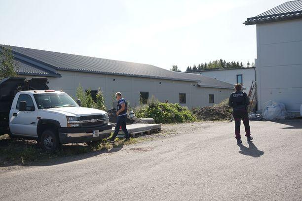 Poliisi suoritti tutkintaa ampumispaikalla sunnuntaina.
