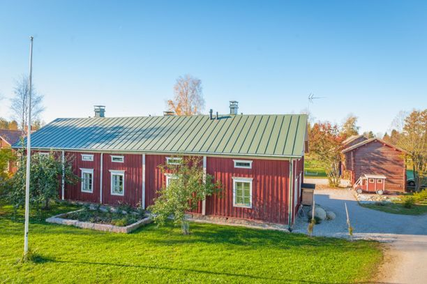 Punaisen yksinkertaisen talon sisälle kätkeytyy kaunis maalaiskoti.