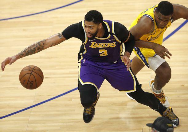 Los Angeles Lakersin Anthony Davis ja Golden State Warriorsin Kevon Looney taistelivat pallosta helmikuussa.