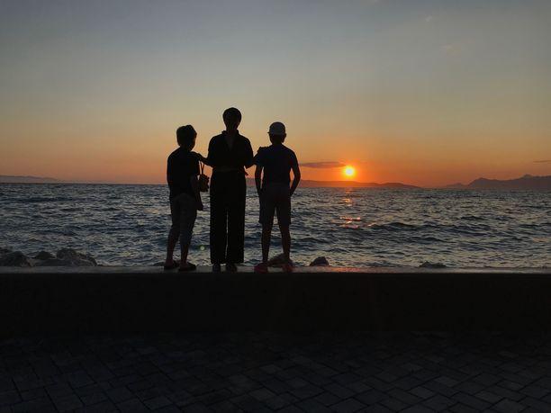 Annika Laakso sekä pojat Veikko ja Toivo matkustivat viikoksi Kroatiaan Irmeli-mummin sekä Elina-siskon ja tämän poikien kanssa, jotta kesään mahtuisi muitakin muistoja kuin isän saattohoito ja kuolema.