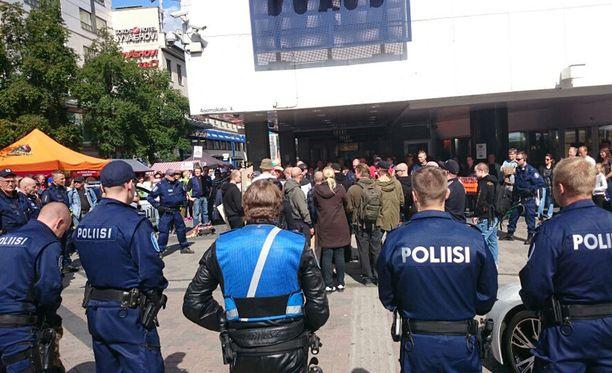 Kaksi ruotsalaista uusnatsia vangittiin tiistaina. Suomalaisten osalta vangitsemista käsitellään keskiviikkona.