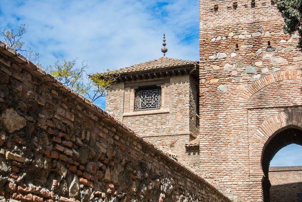 Alcazaban linnoitus on historiasta kiinnostuneen nähtävä.