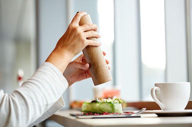 Suolan makuun tottuu. Saatat huomata, ettei ruoka maistu miltään, jos et sirottele suolaa kaksin käsin.
