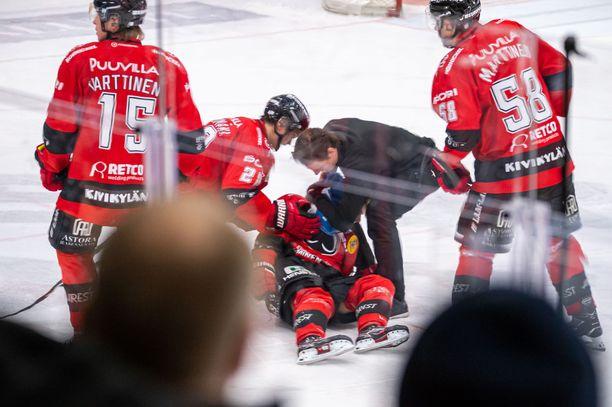 Ässien nuori tähtihyökkääjä Otto Kivenmäki löi päänsä jäähän taklauksen voimasta.