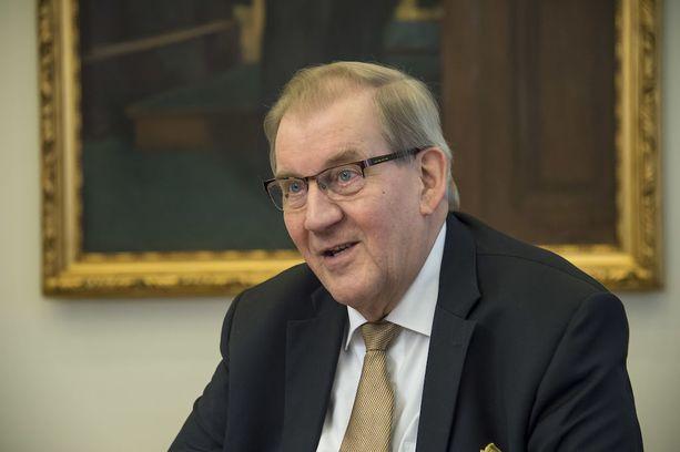 Eduskunnan entinen pääsihteeri Seppo Tiitinen katsoo, että eduskunnan 12-osaista historiasarjaa voi toimittaa yhä kirjastoihin.
