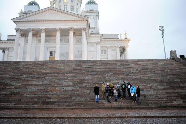 Pieni joukko venäläisnuoria vaati vaalien uusimista Venäjällä. Mielenosoitus oli Senaatintorilla Helsingissä.