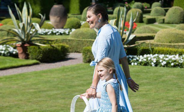Kruununprinsessa Victorian syntymäpäiviä vietettiin heinäkuussa. Estelle oli pukeutunut äitinsä väreihin.
