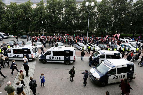 Poliisi on suhtautunut aikaisempiin Helsingin paikalliskamppailuihin vakavasti ja varautunut esimerkiksi joukonhallintavarusteilla.