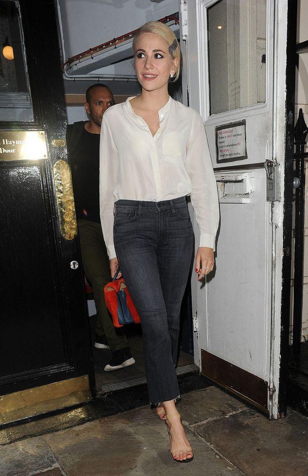 Pixie Lottin valkoinen paita raikastaa tämän tyylin.