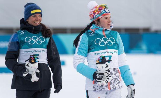 Charlotte Kalla (vas.) on Krista Pärmäkosken päävastustaja torstain vapaan etenemistavan kymmenen kilometrin kilpailussa Koreassa.