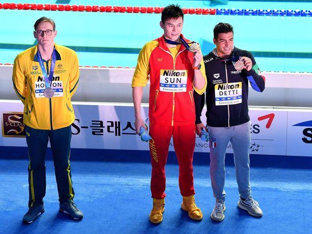 Mack Horton ei halunnut asettua Sun Yangin viereen yhteiskuviin 400 metrin vapaauinnin palkintojenjaon jälkeen.