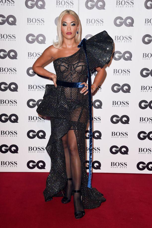 Rita Ora GQ Men of the Year Awards 2018 -gaalassa Lontoossa. Asu on näyttävinään alusvaatteilta, mutta sen runsaat laskokset ja muiden yksityiskohtien määrä vie kaiken huomion.